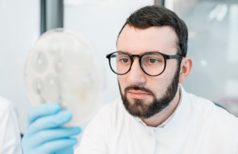 El Uso de Antibióticos en Granjas Avícolas y la Emergencia de Cepas Multirresistentes